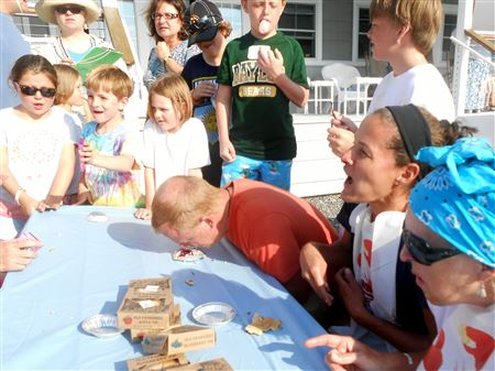 FamDay Pie-eating contest3